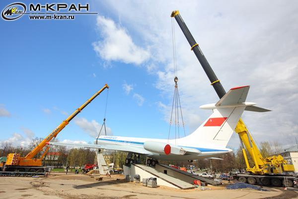 Установка на постамент самолета Ил-62 в Шереметьево