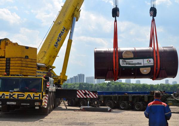 Погрузка деталей АЭС в Южном речном порту (Москва)