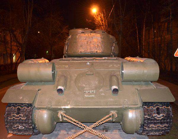 Танк Т-34 вид сзади.