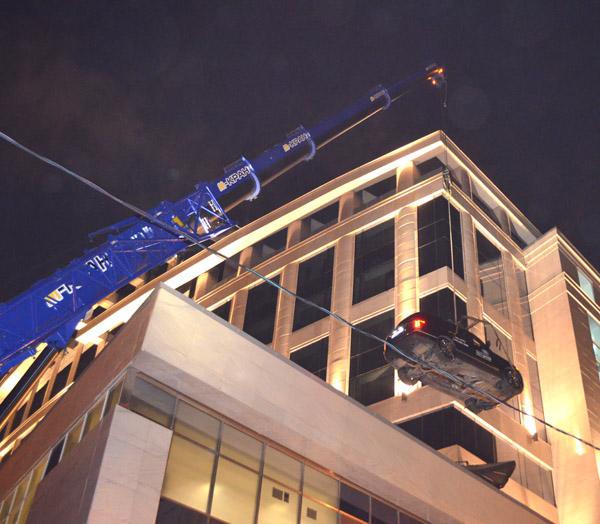 Liebherr LTF 1060 спускает автомобиль с крыши отеля Lotte в Москве