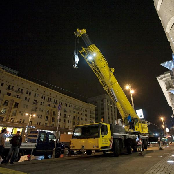 Подъем автомобиля на крышу отеля Ритц