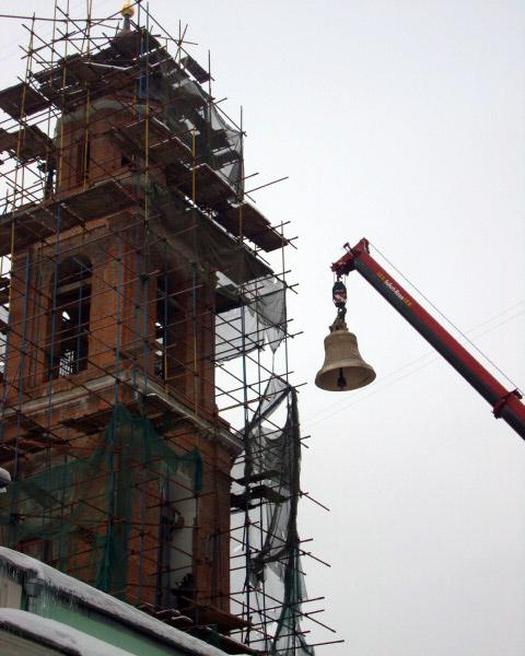 Автокран Liebherr LTM 1070 на монтаже колокола церкви в Москве