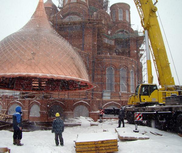 Монтаж куполов церкви
